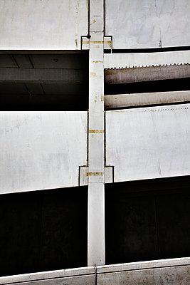 Rohbau eines Parkhauses - p863m1042964 von Philipp Schmitz