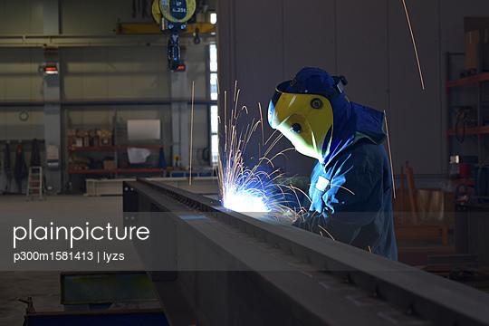 Welder at work in factory - p300m1581413 von lyzs