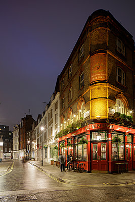 UK, England, London, Marleybone, Pub at night - p352m1126837f by Gustaf Emanuelsson