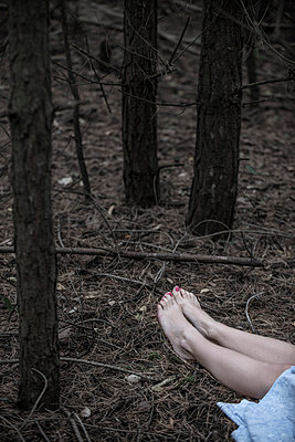 Woman lying in the forest - p427m944791 by Ralf Mohr