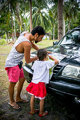 Father and daughter with map on car - p680m1511623 by Stella Mai