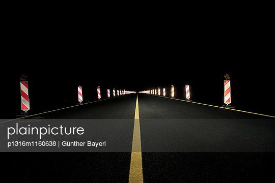 Neue Umgehungsstrasse durch Fliegerhorst - ehemaliger Miltärflughafen - bei Nacht, Leipheim bei Günzburg, Schwaben, Bayern, Deutschland - p1316m1160638 von Günther Bayerl