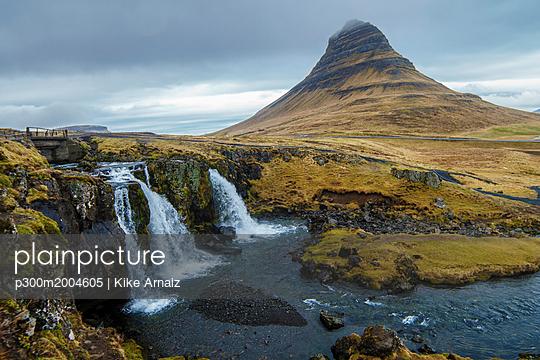 Iceland, Snaefellsnes, Kirkjufellfoss Waterfall - p300m2004605 von Kike Arnaiz