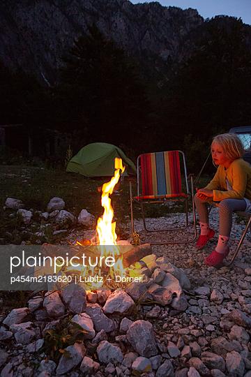 Campground with fire - p454m2183620 by Lubitz + Dorner
