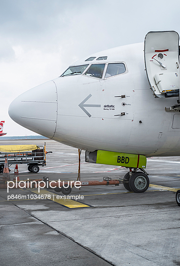 Airplane - p846m1034678 by exsample