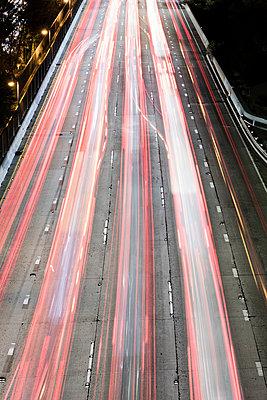 Straßenverkehr in Los Angeles bei Nacht - p1094m2057240 von Patrick Strattner
