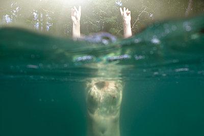 Unterwasserfoto von nackter Frau - p1301m1128650 von Delia Baum