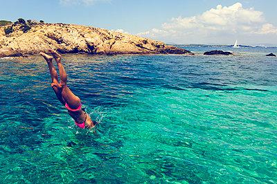Woman takes a header, Mediterranean Sea, Côte d'Azur, France - p1598m2164156 by zweiff Florian Bier