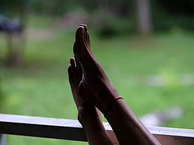 Frau legt die Füße hoch - p551m2134366 von Kai Peters