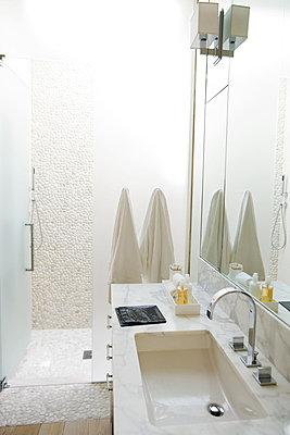 Luxury hotel bathroom - p6242996f by Frederic Cirou