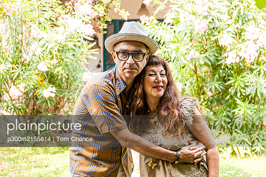 Portrait of mature couple, embracing in garden - p300m2155814 by Tom Chance