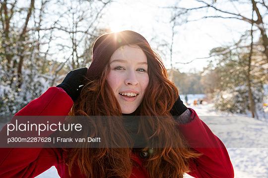 Netherlands, Vught, Vughtse Hei, ginger girl and boyfriend iceskating - p300m2287628 von Frank van Delft