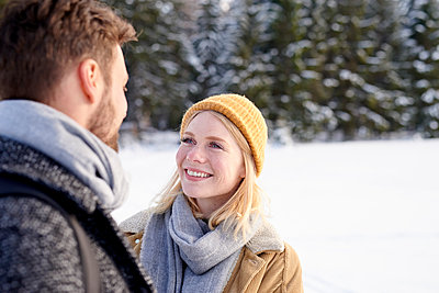 Young couple goes on a winter walk - p1124m1589336 by Willing-Holtz