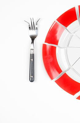 Zerbrochener Teller und verbogene Gabel - p179m2231802 von Roland Schneider