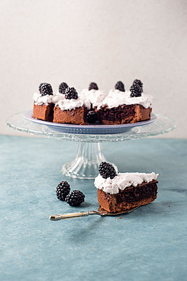 Sliced chocolate cake with creme and blackberries - p300m1052952f by Mandy Reschke