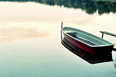 Boot vertäut am Steg - p879m1115382 von nico