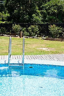 Pool in the garden - p0452489 by Jasmin Sander