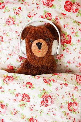 Teddy hört Musik - p045m1169490 von Jasmin Sander