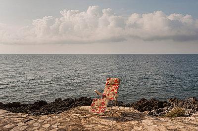 Liegestuhl am Meer - p220m858616 von Kai Jabs
