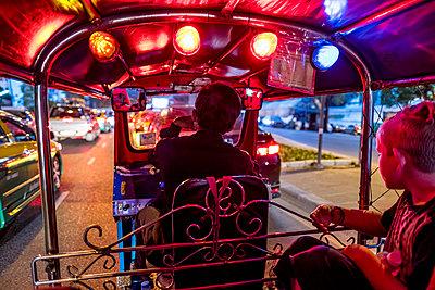 Thailand, Bangkok, boy riding Tuk-Tuk Taxi - p300m1587169 by Markus Mielek