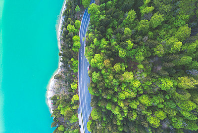 Aerial view of road at Sylvenstein Dam - p300m1588060 von Michael Malorny