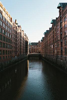 Warehouse district in Hamburg - p586m1110037 by Kniel Synnatzschke