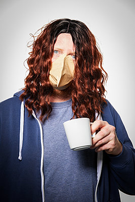 Man wearing coffee filter as protective mask, portrait - p930m2253763 by Ignatio Bravo