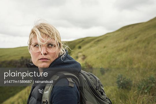 Blonde Frau mit Rucksack - p1477m1589687 von rainandsalt