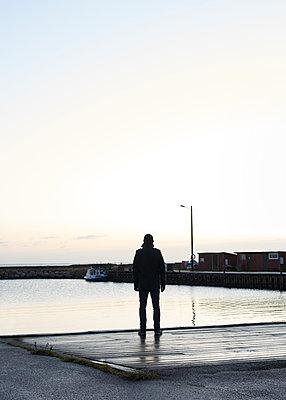 Mann steht auf einem Steg - p1124m1193507 von Willing-Holtz