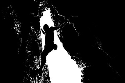 silhouette of rock climber in san francisco cave - p1166m2152115 by Cavan Images