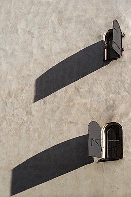 Altmodische Fenster in einer Hauswand - p1170m1491688 von Bjanka Kadic