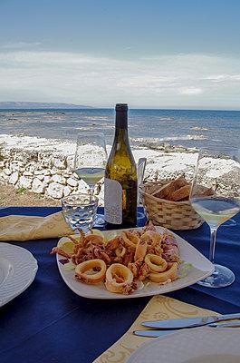 Mittagessen am Meer - p195m2065399 von Sandra Pieroni