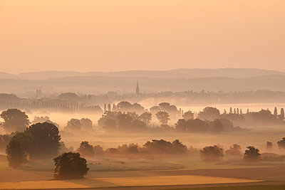 Germany, Baden-Wuerttemberg, Constance district, Radolfzell, view to Radolfzeller Aach in the morning with fog - p300m2012498 by Markus Keller