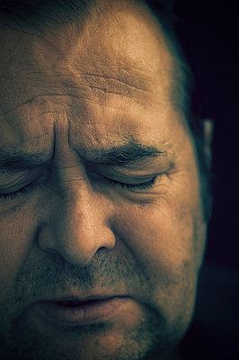 Close-up of upset man  - p1047m1004825 by Sally Mundy
