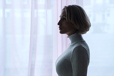 Blond woman in backlit - p427m2081816 by Ralf Mohr