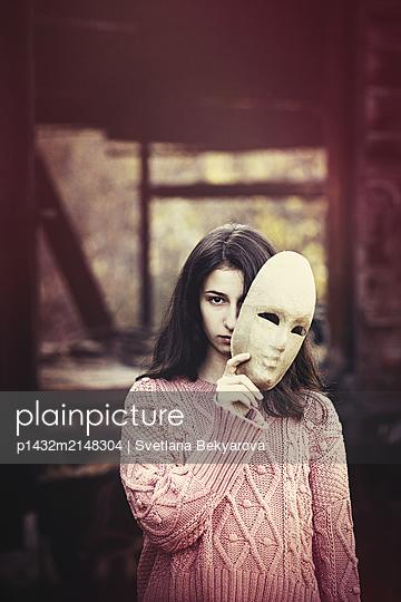 Mädchen mit Maske - p1432m2148304 von Svetlana Bekyarova