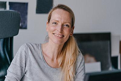 Portrait of smiling woman in office - p300m1549456 by Kniel Synnatzschke