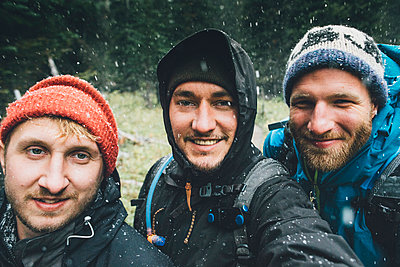 Canada, British Columbia, Yoho National Park, selfie of three smiling hikers in snowfall - p300m1568032 by Gustafsson
