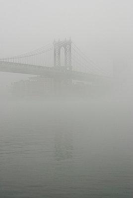 Brücke im Nebel - p5690069 von Jeff Spielman