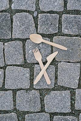 Disposable cutlery on cobblestones  - p586m1110044 by Kniel Synnatzschke