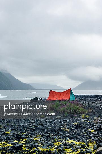 Alaska, Camping by a mountain lake - p1455m2204485 by Ingmar Wein