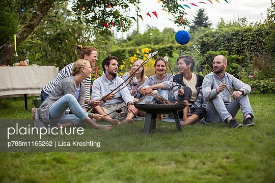 Freunde rösten Marshmallows  - p788m1165262 von Lisa Krechting