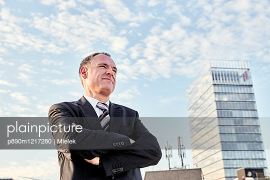 Geschäftsmann, Porträt - p890m1217280 von Mielek
