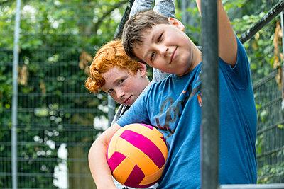 Junge und Mädchen mit einem Fußball - p427m1465599 von R. Mohr