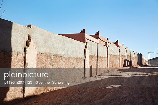 Außenmauern eines alten Wohnkomplexes im Süden Marrakechs - p1198m2071123 von Guenther Schwering
