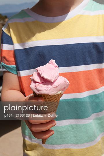 Strawberry ice cream - p454m2168128 by Lubitz + Dorner