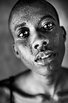 Portrait of a bald black woman crying - p1619m2199939 by Laurent MOULAGER