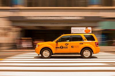 USA, New Yorck City, Manhattan, yellow cab on the move - p300m949084 by Walter G. Allgöwer