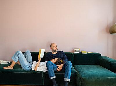 Pärchen entspannt auf dem Sofa - p432m2175454 von mia takahara