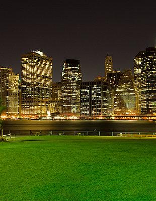 Manhattan Skyline bei Nacht - p5690233 von Jeff Spielman